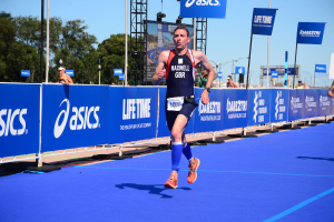 Triathlete running in Chicago Triathlon Championships